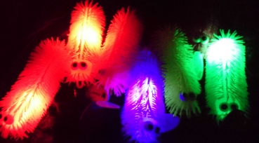 PUFFERBALL 20 cm CHENILLE RAUPE FLUFFY IGEL BALL MIT LICHT LEDs
